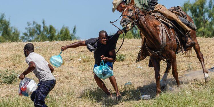 La Patrulla Fronteriza de los Estados Unidos ya no usará caballos en Del Rio, Texas, luego de la indignación por el trato a los migrantes haitianos