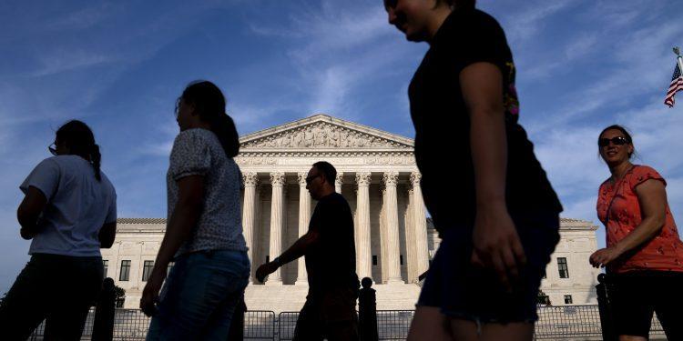 La restrictiva ley de aborto de Texas entra en vigencia ya que la Corte Suprema no hace ningún movimiento para bloquearla