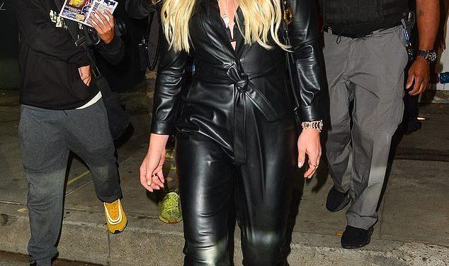 ¡Dama de cuero!  Lindsey Vonn estaba vestida para impresionar cuando dejó el restaurante Craig's el viernes por la noche.