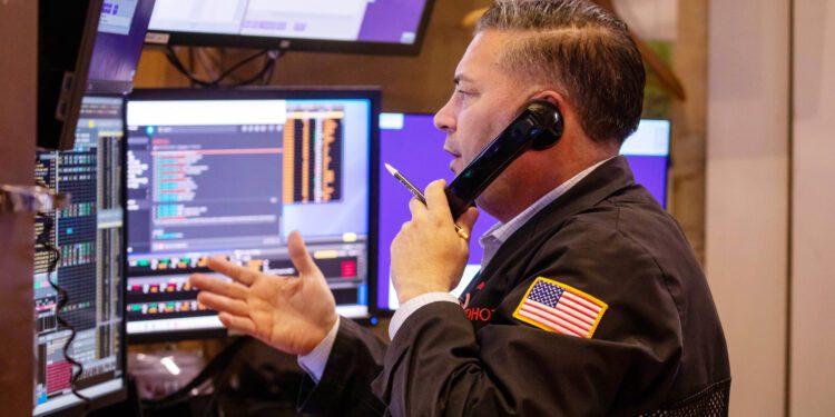 Los futuros de acciones suben en las operaciones nocturnas después de que el mercado termina una semana salvaje en verde
