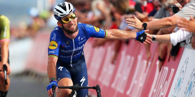 Mark Cavendish explica la frustración a mitad de la carrera a los espectadores durante la escapada del Tour de Gran Bretaña