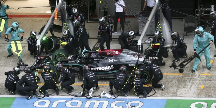 Mercedes 'inflexible' después de que Hamilton ignorara la llamada