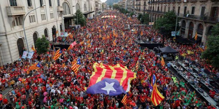 Miles de catalanes se movilizan por la independencia en Barcelona