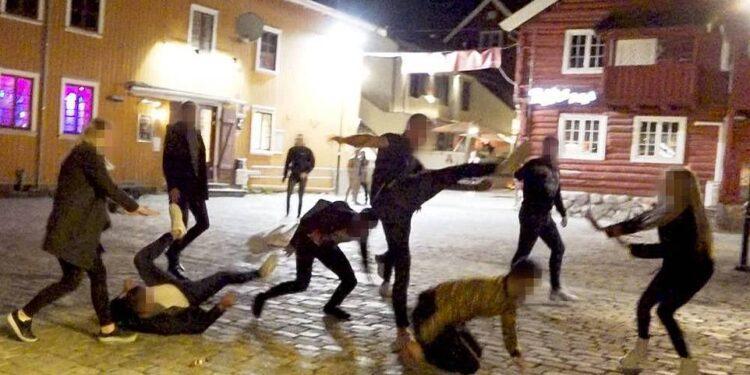En Tønsberg, se llamó a la policía después de que un grupo de unos diez jóvenes (en la foto) comenzaran a desguazar frente a un club nocturno cerca del muelle.  Afortunadamente nadie resultó gravemente herido y la policía arrestó a un joven de 20 años
