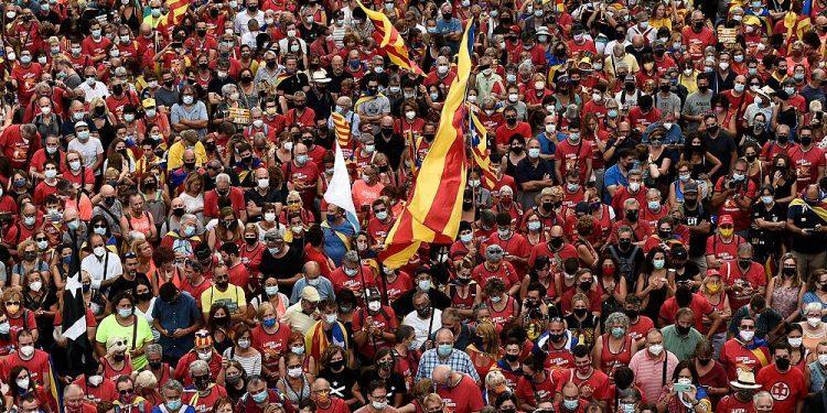 Separatistas catalanes divididos se manifiestan antes de las conversaciones con Madrid