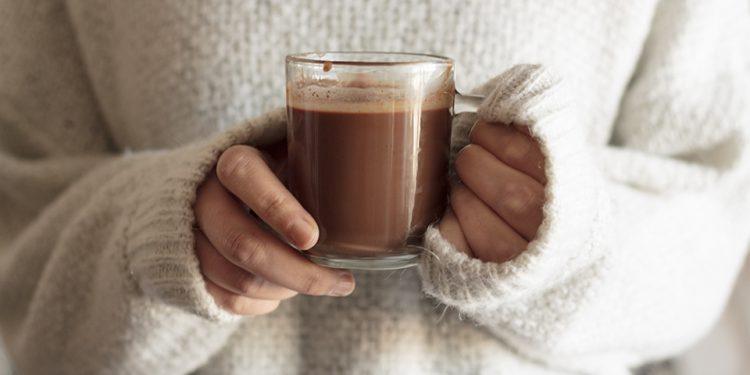 Sí, las bombas de chocolate caliente con especias de calabaza son una cosa.  Aquí le mostramos cómo hacerlas