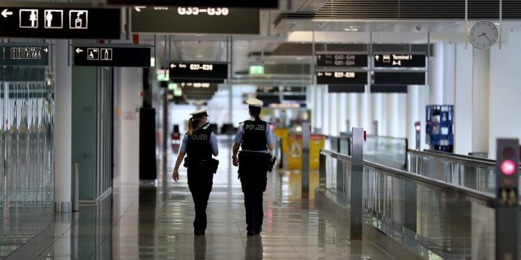 Aeropuerto cerrado después de encontrar un proyectil de mortero vivo en la mochila de un turista