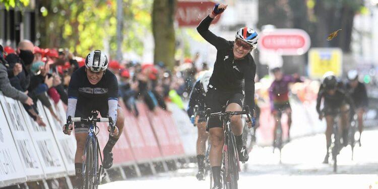 Amy Pieters gana la segunda etapa del Women's Tour con un grupo pequeño