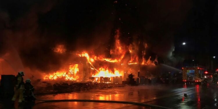 Angustia e ira tras incendio de edificio en Taiwán que deja 46 muertos