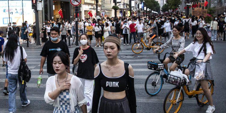 Atrapados en China, los consumidores gastan millones en artículos de lujo en Hainan