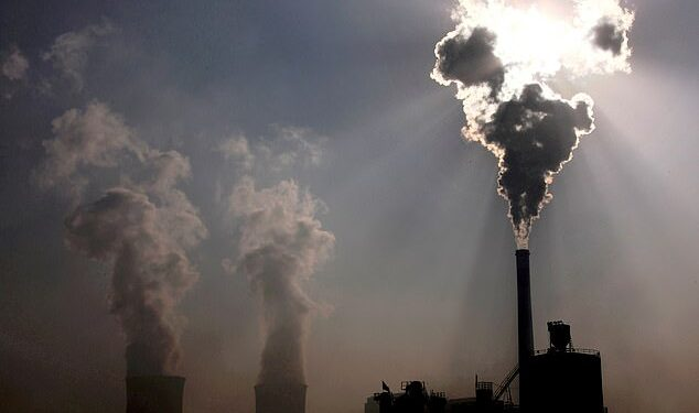 China planea construir nuevas plantas de carbón después de que el país fue golpeado por apagones la semana pasada en una medida que generará alarma antes de la cumbre COP26 a fin de mes (foto de archivo)