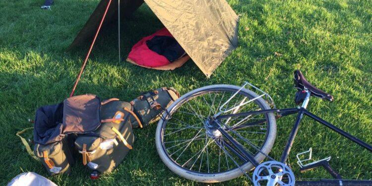 Desde ir al baño hasta acampar salvajemente: un nuevo video ofrece consejos para principiantes que se adentran en el ciclismo.