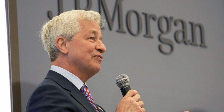 Dimon de JPMorgan dice que los contratiempos de la cadena de suministro pronto se aliviarán, apunta a una demanda extraordinaria de los consumidores