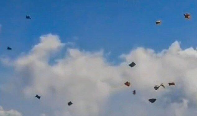 Las imágenes del 1 de octubre muestran alrededor de 50 carpas multicolores volando como cometas mientras los espectadores miran hacia arriba y señalan