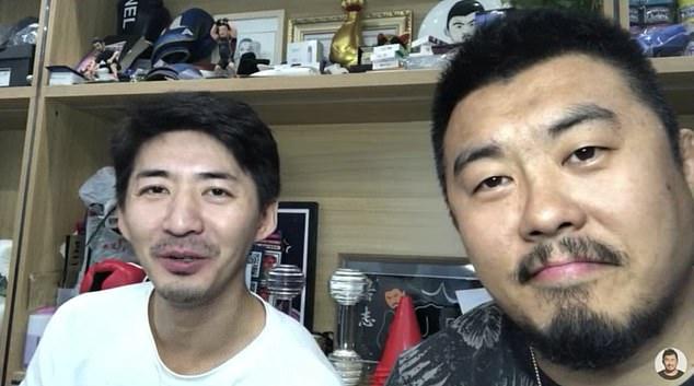 El ex abogado de derechos humanos y periodista ciudadano Chen Qiushi (izquierda) ha resurgido por primera vez en 18 meses.  Fue visto en una transmisión en vivo de YouTube con el artista marcial Xu Xiaodong.