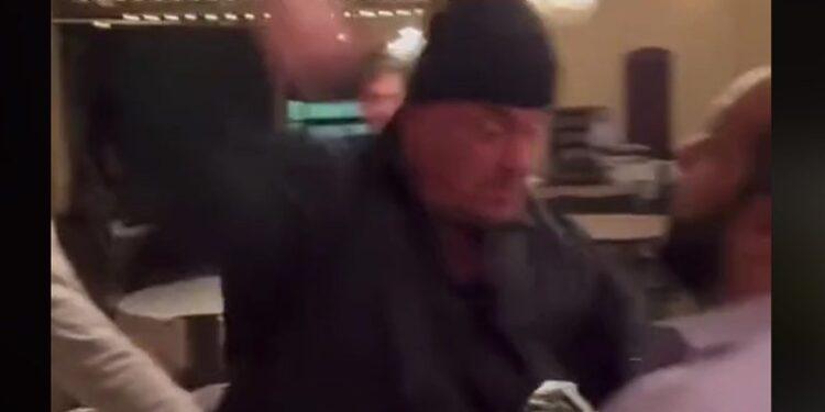 El empresario de pompas fúnebres presenta a un fan con un golpe brutal