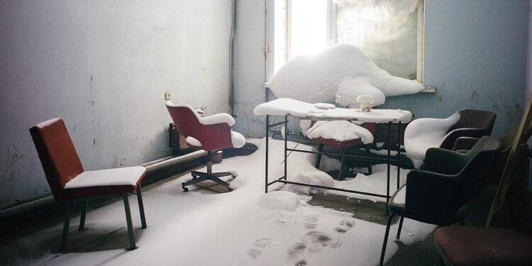 En la foto de arriba se muestra una oficina abandonada en la gélida ciudad de Norilsk en Siberia, donde las temperaturas pueden descender por debajo de los -50 ° C.  A veces hace demasiado frío, explica Arseniy, para que los trabajadores del centro de la ciudad en Norilsk regresen a casa por la noche, por lo que las escuelas, los jardines de infancia, el teatro, el museo y otros edificios públicos están equipados para que puedan pasar la noche.