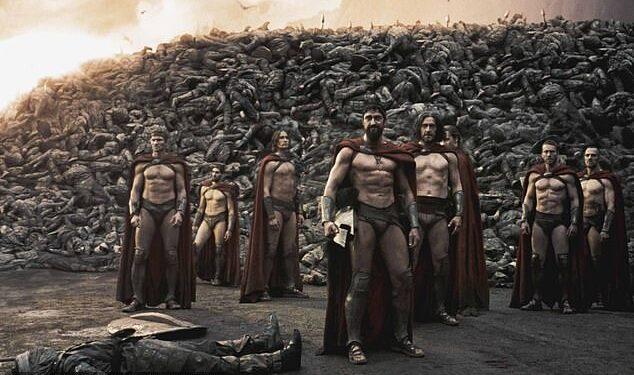 El rey Leónidas I de Esparta dirigió un grupo de 300 guerreros que detuvieron a miles de invasores persas en la Batalla de las Termópilas en 480 a. C.  En la foto: guerreros espartanos en la película 300