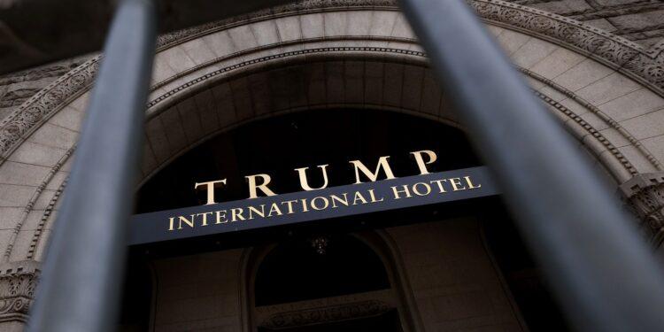 El hotel de Trump en DC sufrió una hemorragia de dinero cuando afirmó lo contrario y tomó efectivo extranjero