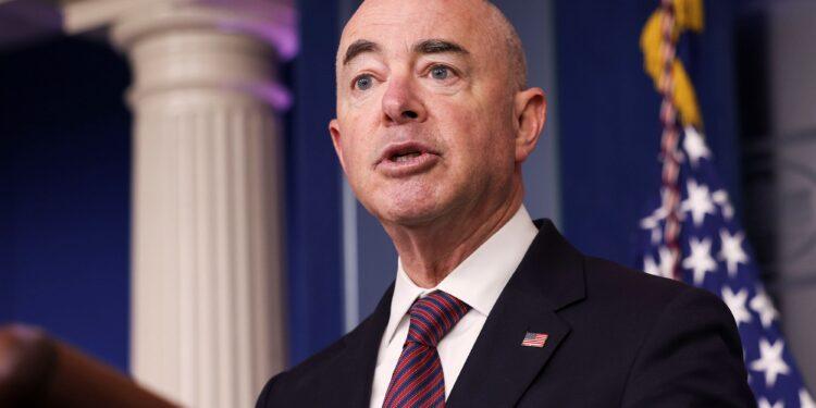 El jefe del DHS ordena a las autoridades de inmigración que detengan las redadas en el lugar de trabajo y cambien su enfoque hacia empleadores 'sin escrúpulos'