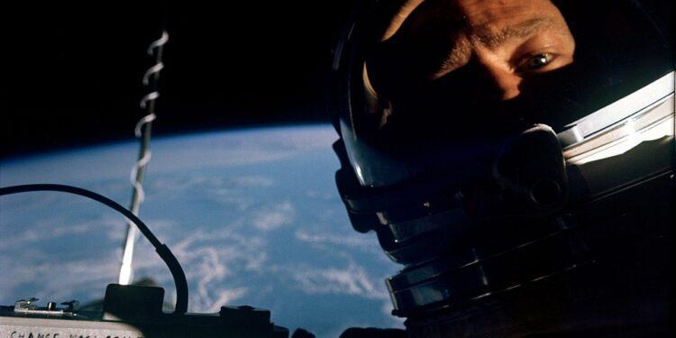 Ninguna cantidad de selfies se acercará jamás a las impresionantes que capturan estos intrépidos exploradores espaciales.  Desde que Buzz Aldrin de la NASA se tomó la primera selfie en el espacio en 1966, los astronautas fotografiándose a sí mismos en caminatas espaciales a cientos de millas sobre la Tierra se ha convertido en una rica tradición.  Desplácese para ver estas increíbles fotografías que capturan la combinación armoniosa de la sofisticación tecnológica de los humanos y la belleza natural del espacio ...