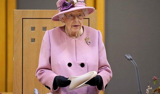 La Reina hizo una rara intervención pública sobre la crisis del cambio climático ayer, diciendo que está 'irritada' por la gente que 'habla pero no lo hace'
