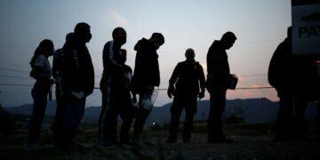 La administración de Biden restablecerá la política de asilo de la era Trump 'Permanecer en México' para cumplir con la orden judicial