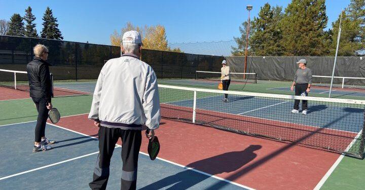 La comunidad del tenis de Edmonton está preocupada por la posible pérdida de canchas debido a la popularidad del pickleball - Edmonton