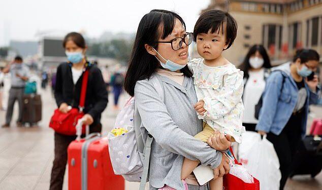 China podría tener 700 millones de ciudadanos menos para 2055, advirtieron los investigadores, después de que los datos del último censo mostraran que su tasa de natalidad disminuyó mucho más rápido de lo esperado (imagen de archivo)