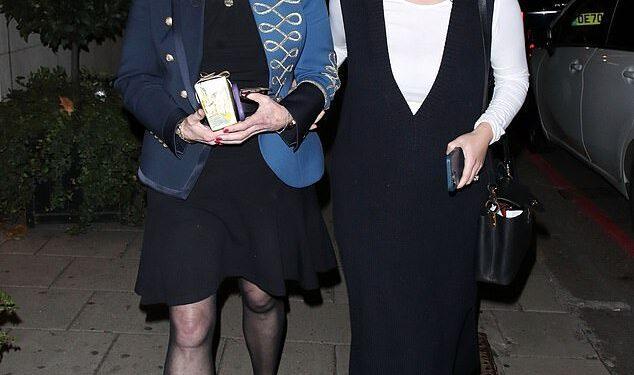 La princesa Eugenia, de 31 años, se veía muy animada al salir del restaurante China Tang con su madre Sarah Ferguson después de celebrar el 62 cumpleaños de la duquesa de York.