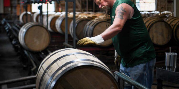 Los destiladores de bourbon enfrentan grandes impuestos y aranceles más altos después de un año récord para la producción