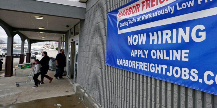 Los empleadores de EE. UU. Agregan leves 194,000 puestos de trabajo mientras la variante Delta se mantiene en suspenso