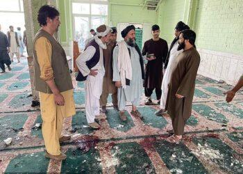 Tres explosiones de bombas alcanzaron la mezquita de Fatemieh, que se cree que es la casa de oración chiíta más grande de la provincia afgana de Kandahar, durante las oraciones del viernes, matando a decenas de personas.