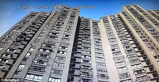 Las dos macetas se cayeron del techo de un bloque de pisos residenciales de 34 pisos (en la foto) en la ciudad de Wuhu, en el este de China, en la provincia de Anhui.