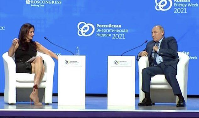 Vladimir Putin criticó duramente al presentador de CNBC News, Hadley Gamble (derecha) por no escuchar su argumento sobre la guerra del gas con Europa.