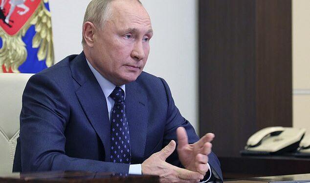 Vladimir Putin dijo a los principales funcionarios que se sometía a pruebas a diario y que `` todo estaba bien '' después de que un presidente de la cámara alta del parlamento le preguntara sobre su estado.