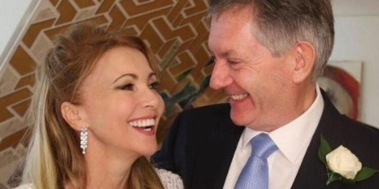 Simon McCoy se casa con Emma Samms en secreto mientras la pareja comparte la primera foto del gran día