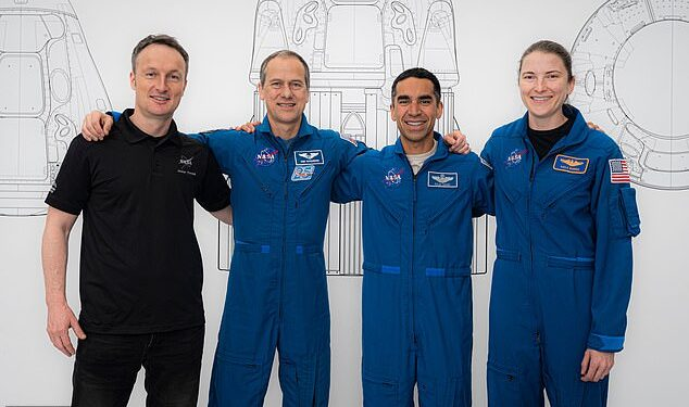 Raja Chari (segundo desde la derecha) se convertirá en el segundo comandante novato de un vuelo espacial, y se le unirán Thomas Marshburn (izquierda) y Kayla Barron (derecha) de la NASA, con Matthias Maurer (segundo a la izquierda) de la ESA.