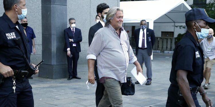 Steve Bannon enfrenta cargos criminales por desaire del panel el 6 de enero, lo que generó un enfrentamiento por el privilegio ejecutivo