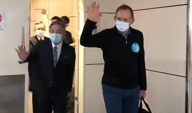 Abbott fue filmado aterrizando en el aeropuerto Taoyuan de Taiwán después de volar desde Singapur.  Fue recibido por el viceministro de Relaciones Exteriores, Tien Chung-kwang (en la foto juntos).