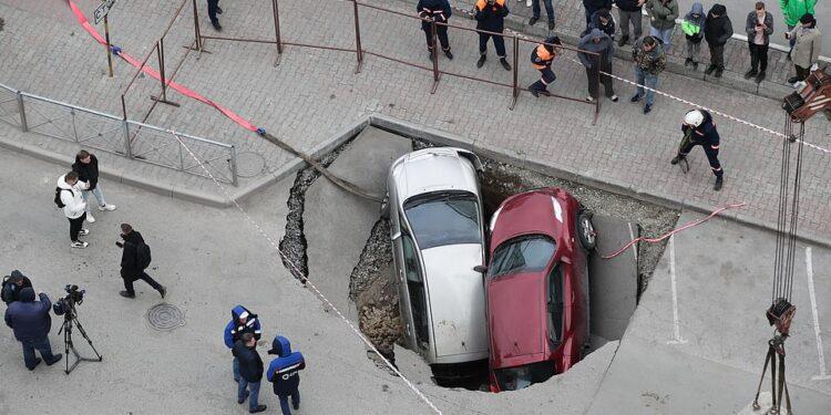 Dos coches han sido tragados por un sumidero lleno de agua caliente que de repente se abrió hoy en la ciudad rusa de Novosibirsk.