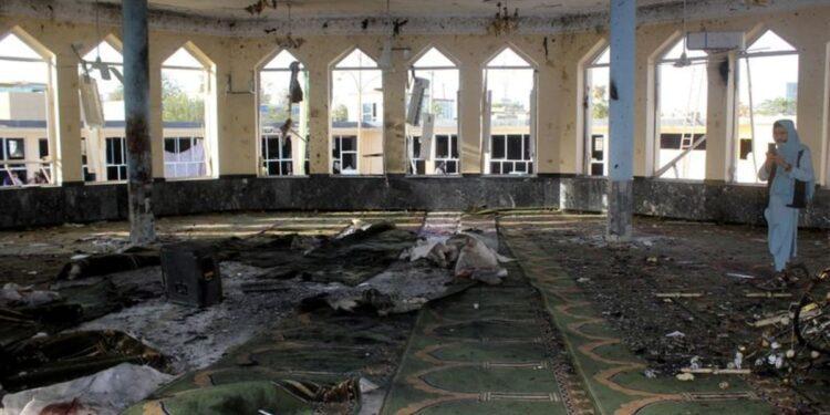 Un terrorista suicida mata al menos a 55 en una mezquita chií en Afganistán
